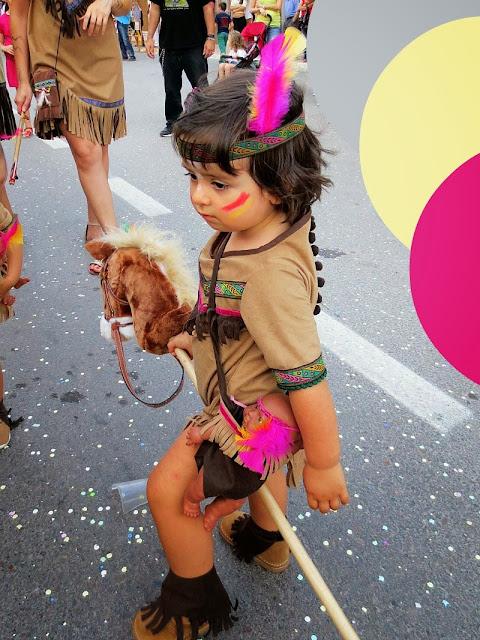 Niña india a caballo