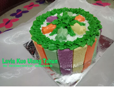 Cake Tart Coklat dengan buah dan dedaunan segar