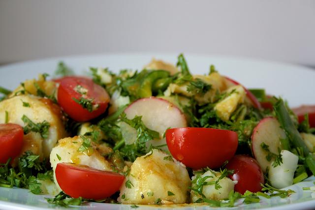 salade de pommes de terre mayonnaise, tomates, herbes, oignons, piment