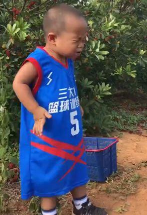 chú bé khi ăn quá chua
