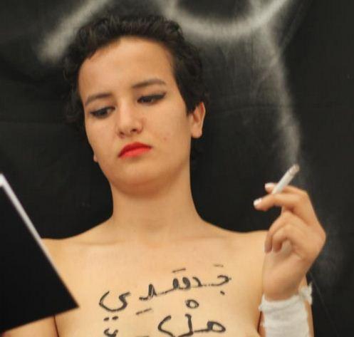 Antara Gambar Yang Diuploadnya Ketika Sedang Duduk Membaca Buku Sambil Menghisap Rokok Dan Mempunyai Tulisan Berbahasa Arab Di Dadanya