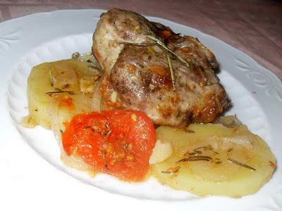 Pierna de cordero al horno con patatas y tomates