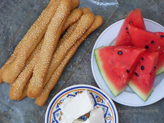 Ägyptische Brotstangen mit Wassermelone und Käse