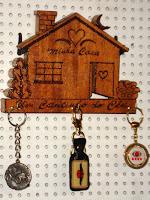 Porta chaves de casinha feito de madeira