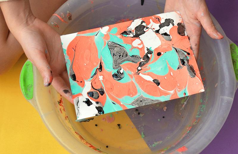 Transformando uma folha de papel em uma obra de arte usando... Esmalte! | dcoracao.com