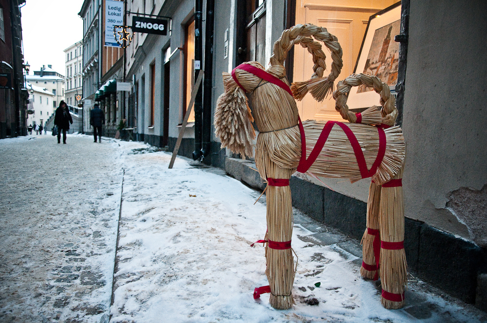 Julebukk goat fashioned from straw, complete with red Christmas ribbon. Photo: WikiMedia.org.