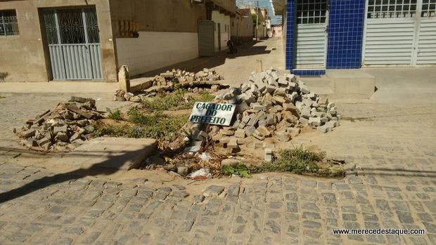 Moradores reclamam de obra inacabada na Rua Manoel Miguel Sobrinho, no Dona Lica