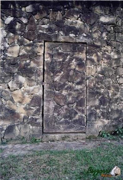 Na parede do muro de pedra executamos a porta de pedra com 30 cm de espessura e pesa quase 2 toneladas.