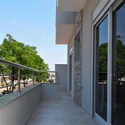 A sacada frontal se converte numa terraço alargado com visão privilegiada da rua fartamente arborizada: lugar ideal para repouso sobre a sombra dos beirais da cobertura.