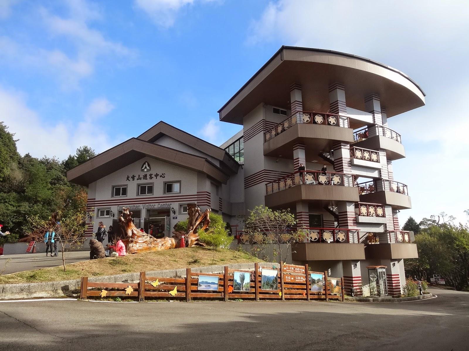 卓光華部落格: 大雪山國家森林遊樂區遊客中心展示漂流木‧木雕情