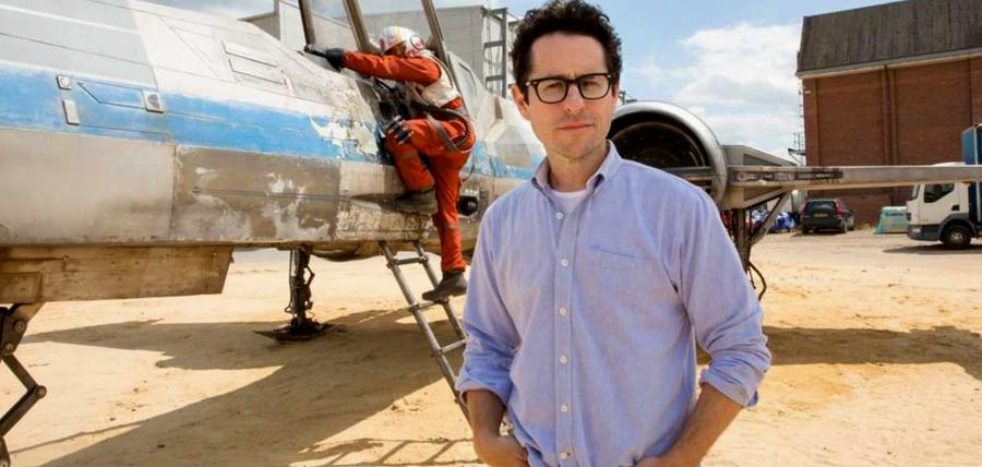 Regizorul J.J. Abrams pe platourile de filmare pentru Star Wars: The Force Awakens.