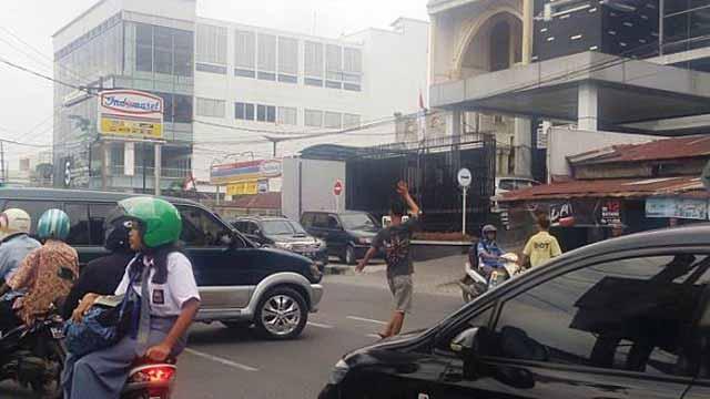"""Masa indah anak-anak mungkin tak berarti bagi tiga bocah Banjarbaru ini.  Ia rela menggadaikan waktu bermainnya dengan mengais rezeki menjadi 'Pak Ogah"""" demi membiayai sekolah.  Kisah miris di tengah kota Pendidikan Banjarbaru ini cukup menyentak."""