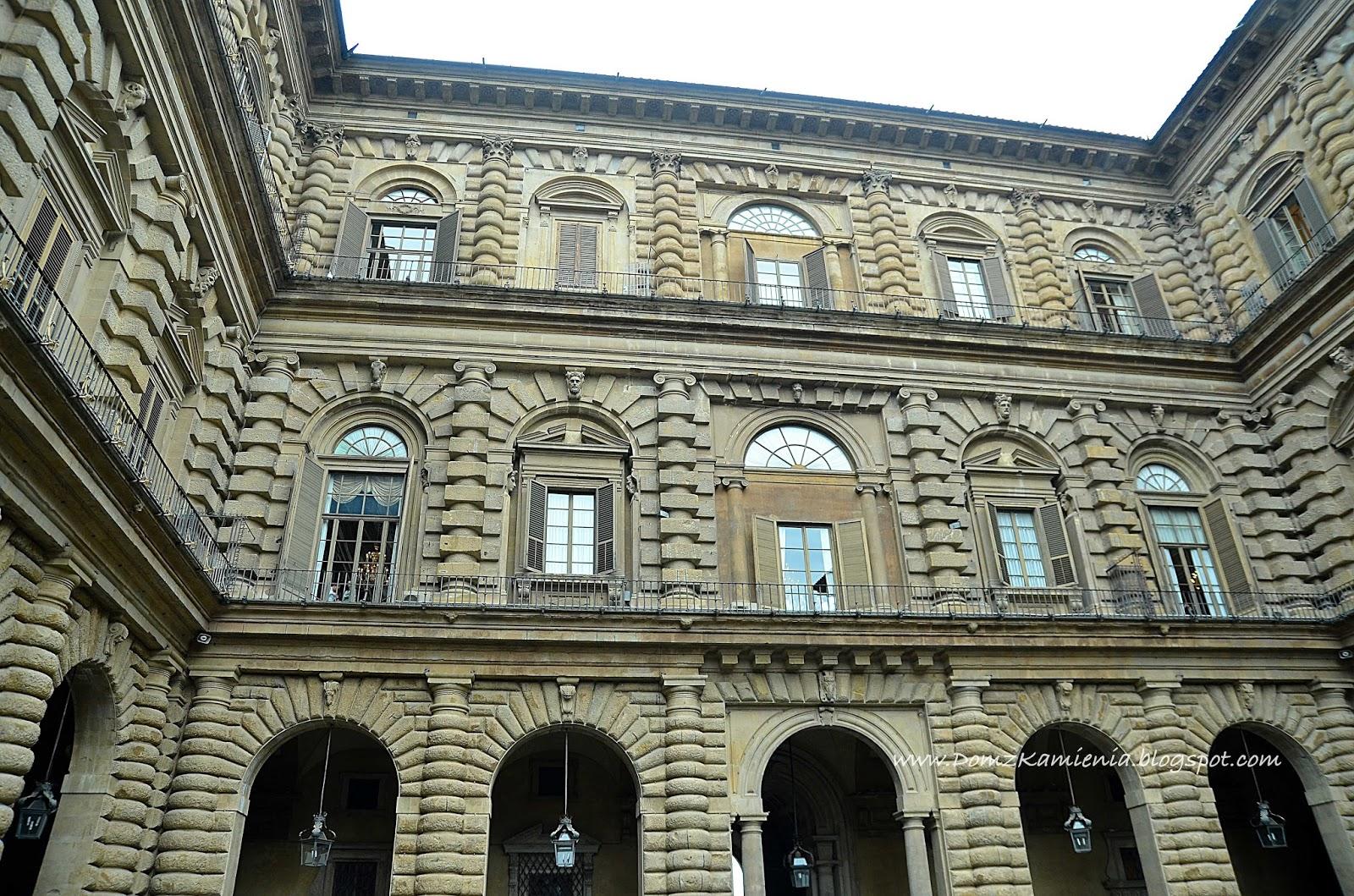 Dom Z Kamienia Florenckie Wojażowanie W Deszczu Akt 2