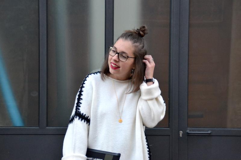 pull zara  blanc couture noire, pochette toile kaki et noir Saint Laurent, collier médaille Amour