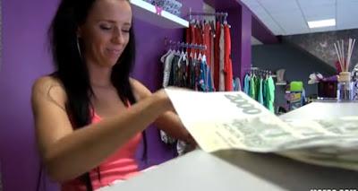 Follando a la vendedora de ropa