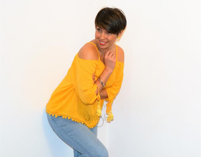blusa amarilla con vaqueros
