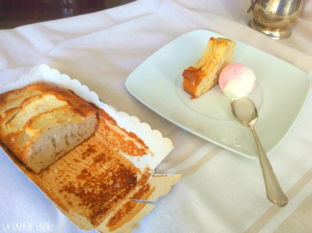 Plumcake-servido-con-helado-de-fresa-y-nata