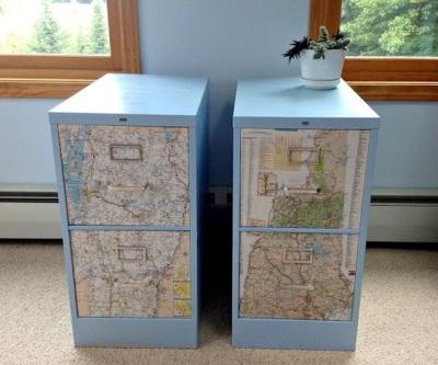 Lapisi pintu laci dengan peta, lalu cat bagian lain sesuai warna peta.
