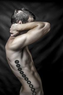 Tatuaje apertura diafragma en costado derecho de hombre