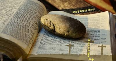 Imagem de uma pedra em cima da PALAVRA de DEUS