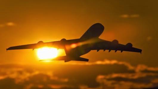 Bagaimana Menentukan Buka Puasa di Pesawat?