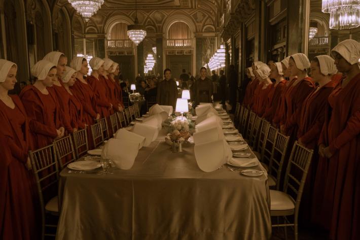 Las criadas de The Handmaid's Tale cenando con el enemigo