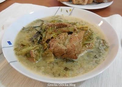na talerzu potrawka danie misne z sałatą w sosie cytrynowo-jajecznym
