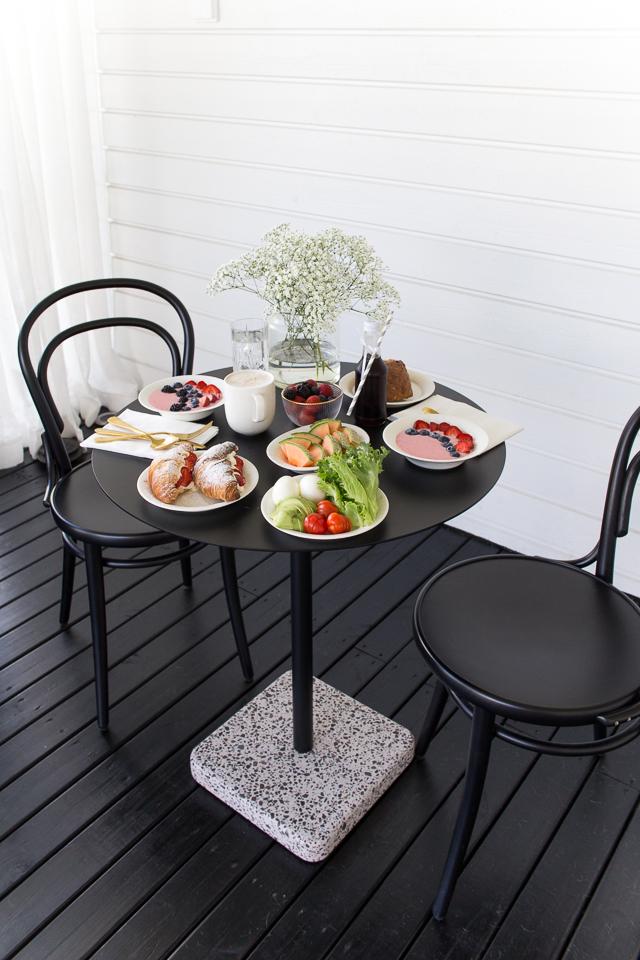 hay terrazzo pöytä, ton tuoli, brunssi terassilla,