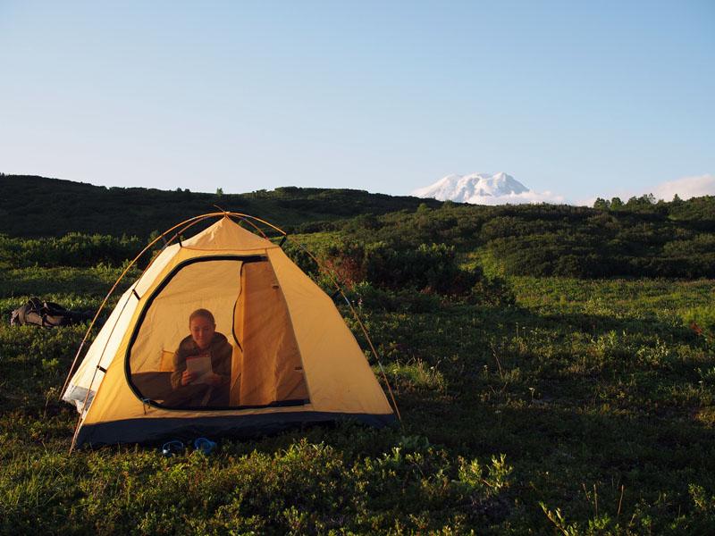 Палатка на фоне вулкана Камчатка