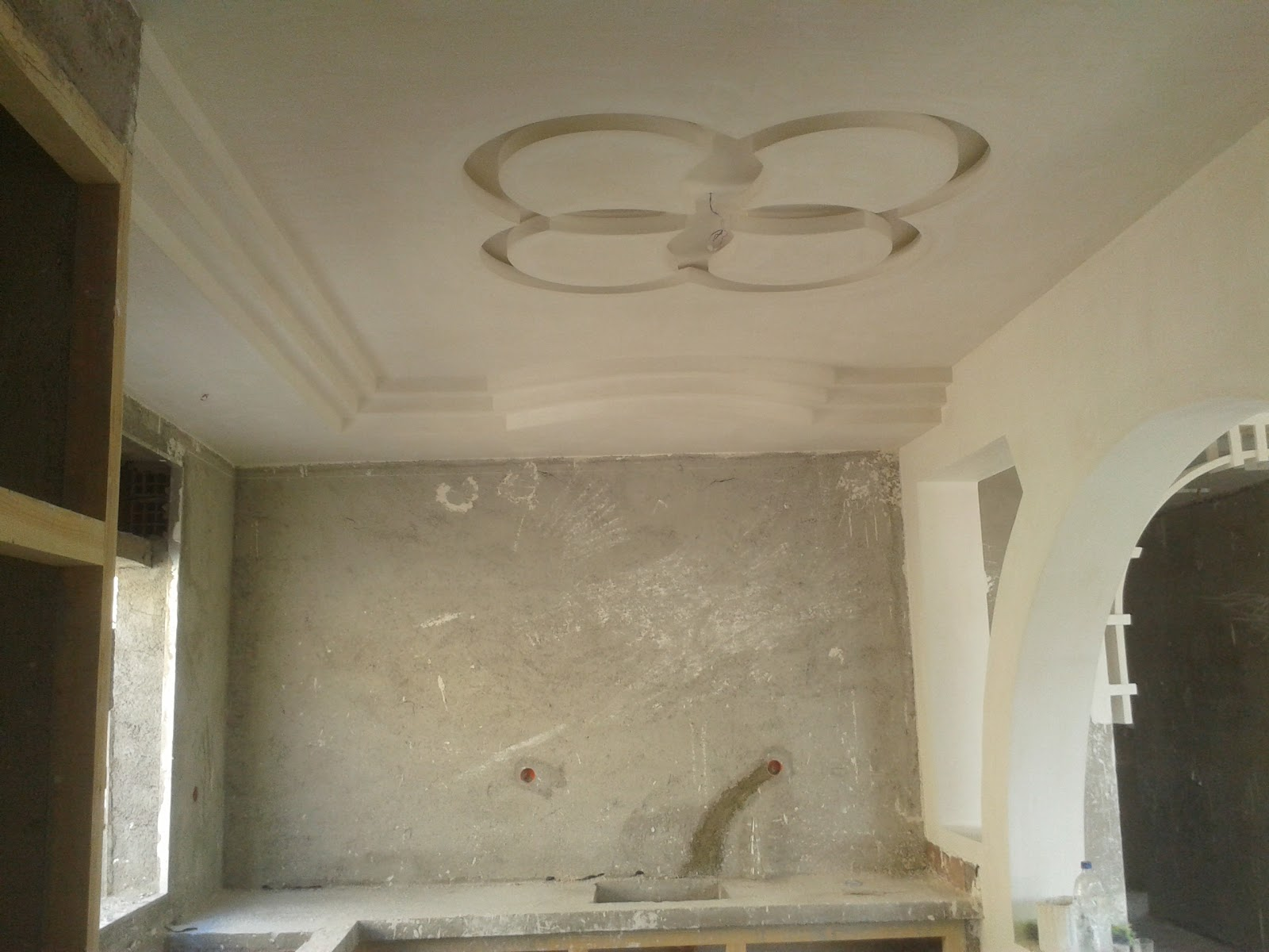 Faux plafond en pl tre pour une salon de meknes platre for Decoration plafond platre france
