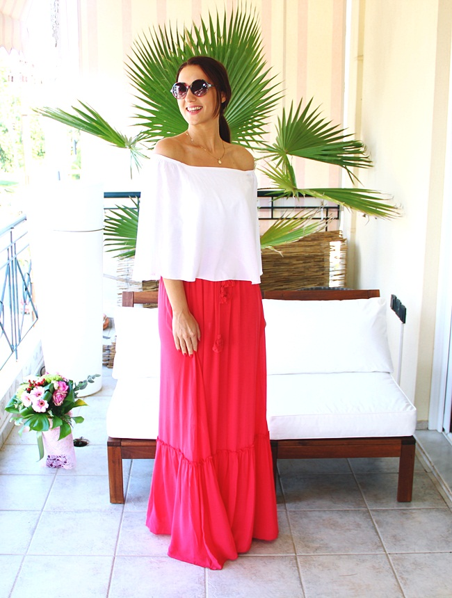 Lynne lookbook ss 2016.Covery Trikala fashion shop.Flirty looks.Best holiday looks.Najbolji outfiti za odmor i leto.Coral maxi skirt white flowy off-the-shoulder top.