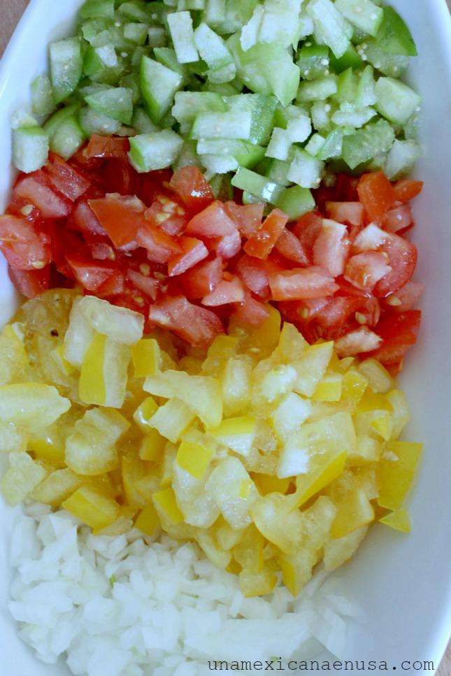 Tomates y cebolla picados para la Salsa Pico de Gallo
