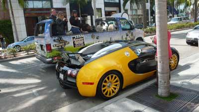 ビバリーヒルズの中心地ロデオドライブに駐車するブガッティ・ヴェイロン