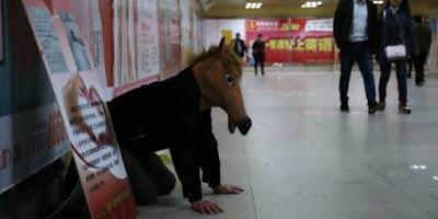 Rela Menjadi Kuda-Kudaan demi mendapatkan uang berobat anak