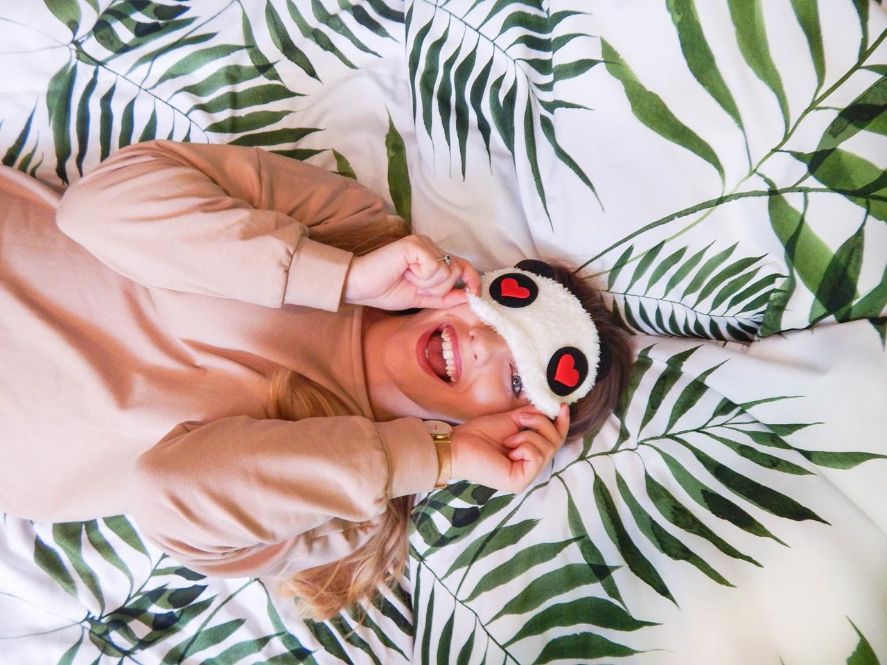 1Pięć-sposobów-rytuałów-na-to-aby-wieczór-był-magiczny-przyjemny-przytulny-ciepłe-skarpetki-polskie-przyjemne-ciepłe-pizamy-masenso-bluzo-sukienka-sukienka-domowa-bielenda-blog-lifestyle-recenzja-maseczka-netflix