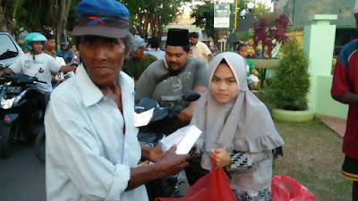 Berbagi Di Bulan Mulia, Osis SMA Plus Miftahul Ulum Terate Gelar Takjil On The Road