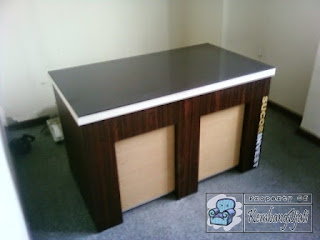 Kontraktor Interior - Meja Kantor dilengkapi LAN dan arus listrik
