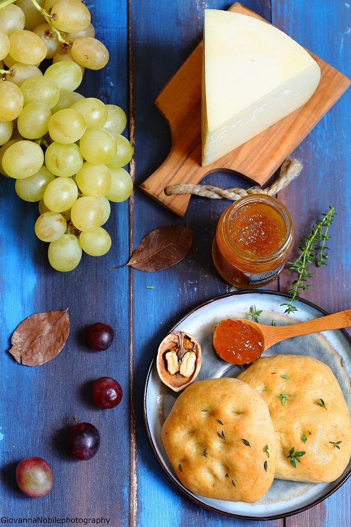 Focaccine multicereali, salsa ai fichi e formaggi
