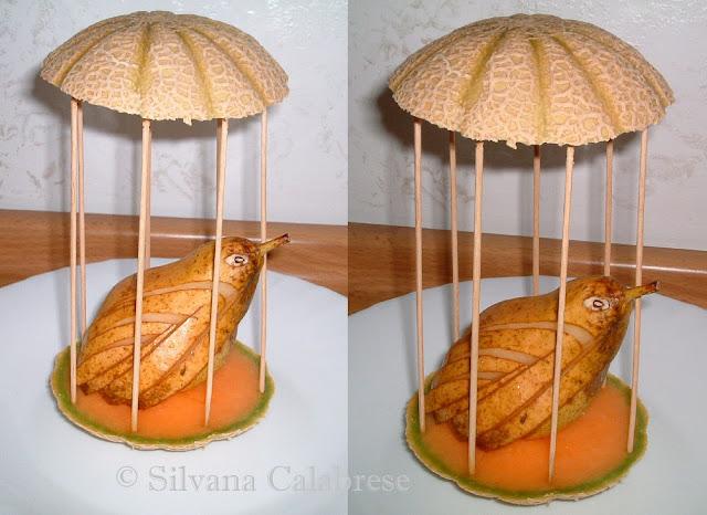 Uccellino in gabbia con pera e calotte di melone Silvana Calabrese