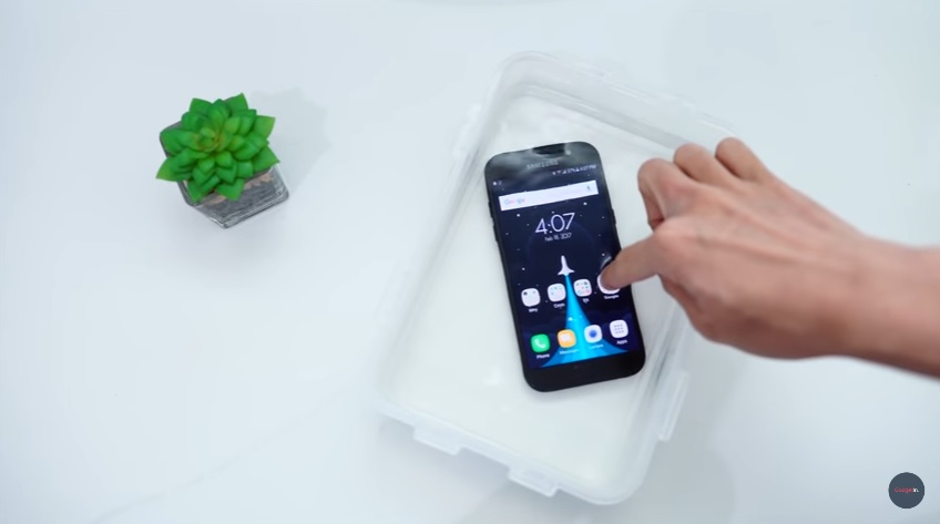 Samsung A5 (2017) dicelupkan dalam air