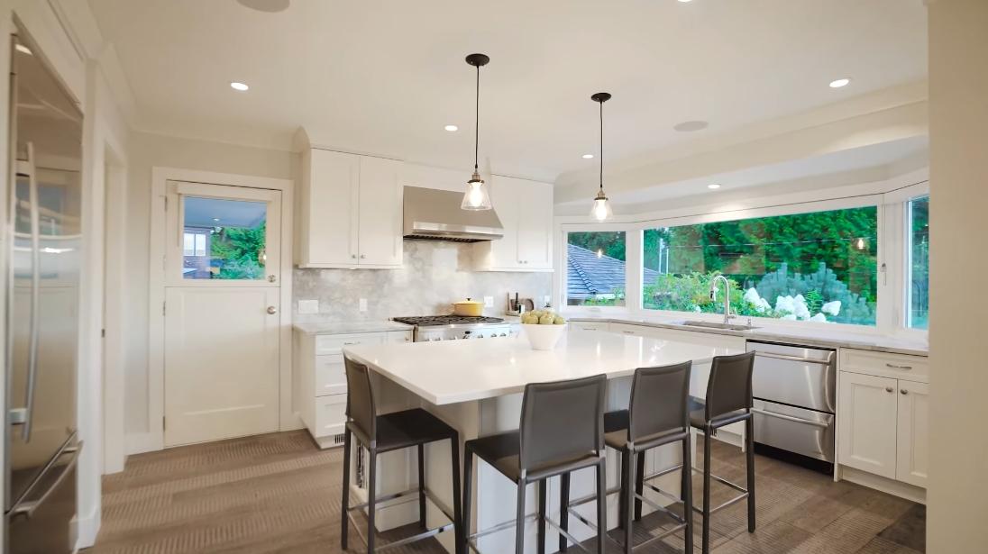 28 Interior Design Photos vs. 125 Kensington Crescent, North Vancouver Luxury Home Tour