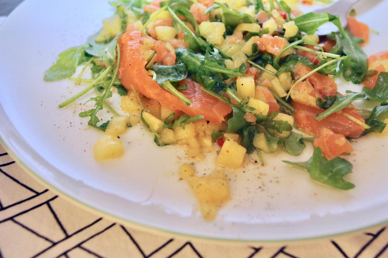 Räucherlachs mit gebratenem Ananas-Salat