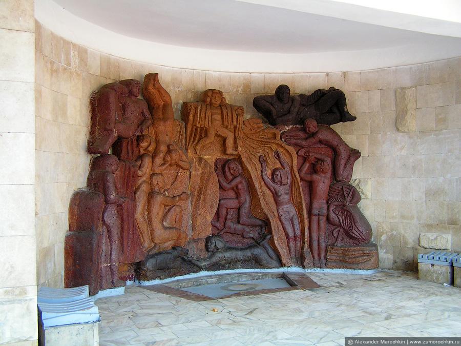 Барельеф на стене Смирновского бювета