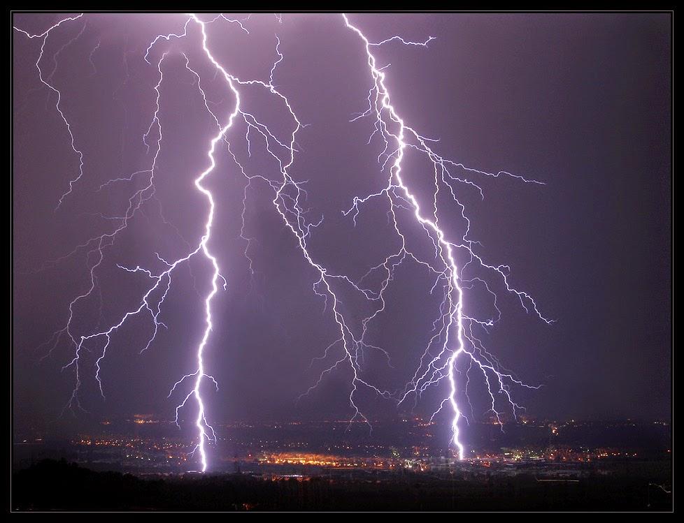 gambar badai petir diatas kota