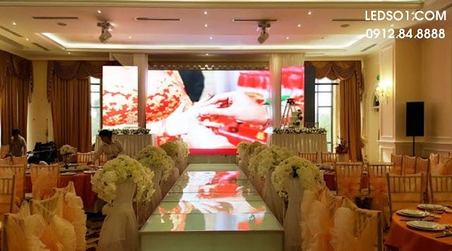 Mẫu trang trí sân khấu tiệc cưới với màn hình lớn 5