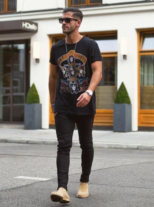Look Estilo Rock Masculino com Camiseta de Banda e Botas Chelsea