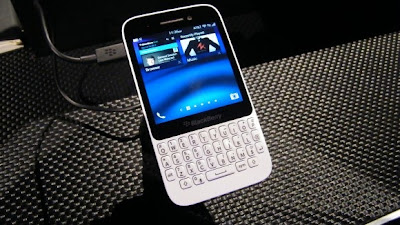 El BlackBerry Q5 está recién salido de su lanzamiento canadiense y pronto llegará a la República Dominicana y a el Caribe. En poco menos de una semana, El BlackBerry Q5 estará disponible en negro y blanco puro y exclusivamente en Rojo puro en la República Dominicana, y seguirá con el lanzamiento del 12 de septiembre en todo el Caribe oriental. Comunicado de Prensa: Waterloo, ON, Canada – BlackBerry ® (NASDAQ: BBRY; TSX: BB) anunció su smartphone BlackBerry ® Q5 con el nuevo sistema operativo BlackBerry ® 10, else espera que esté disponible en la República Dominicana el 26 de agosto,