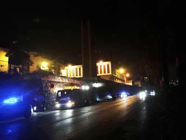 Bomberos de Las palmas de Gran Canaria actuando en la caída de parte de revestimiento de un muro en la calle Blas Cabrera Felipe