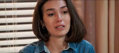 Larissa (Marina Moschen) descobre os motivos de Diego (Sérgio Malheiros) ter terminado com ela, em 'Verão 90' — Foto: TV Globo