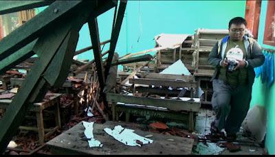 Atap Ruang Kelas SDN Randutangan Ambrol, Siswa Terpaksa Belajar Di Mushalla